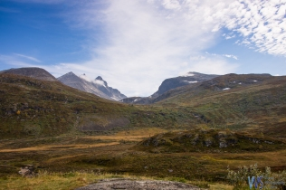 And then BAM!!! Forests gave way to the proper tundra-like landscape and the first black mountainpeaks of the Jotunheimen greeted us.